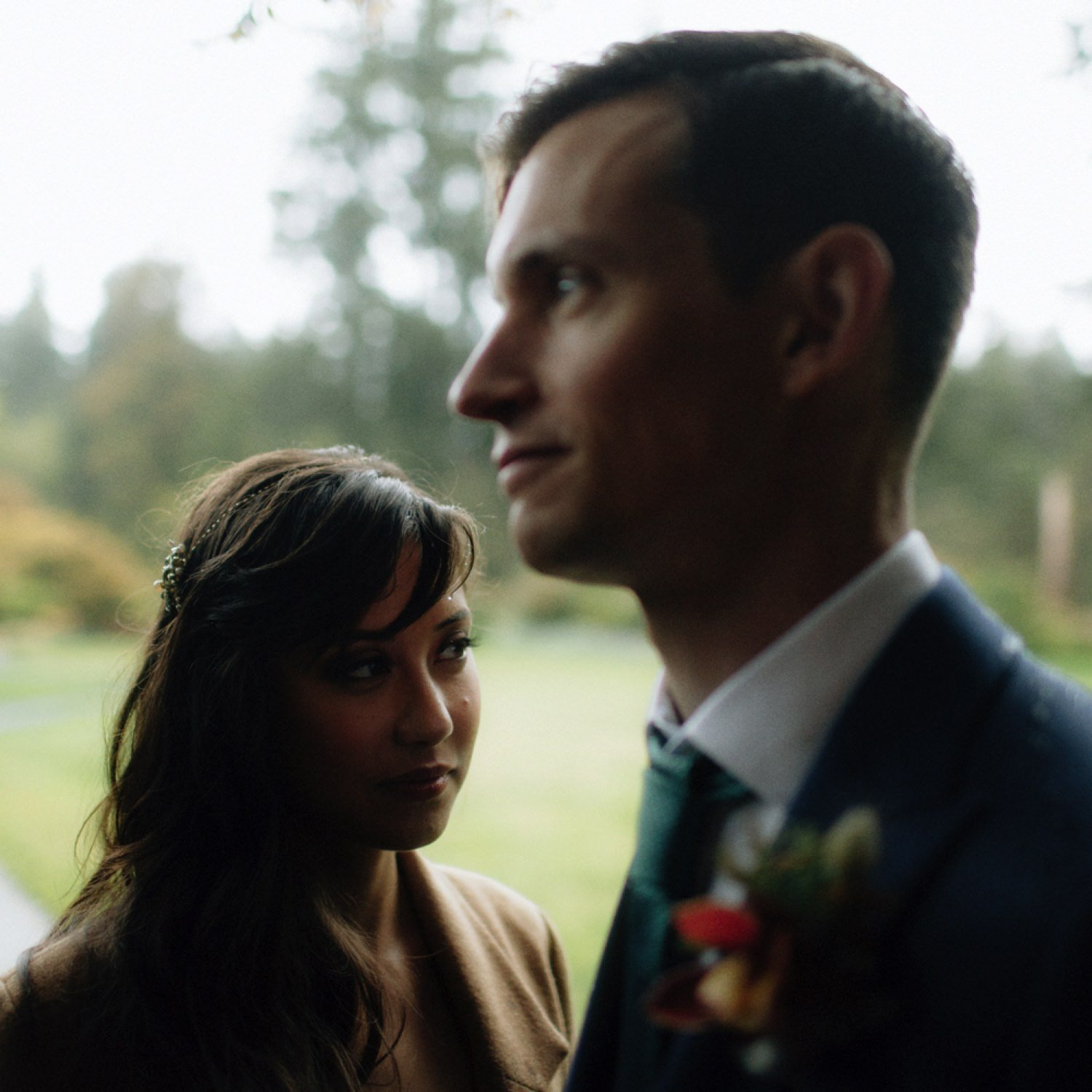 casual wedding photos of bride and groom in the rain